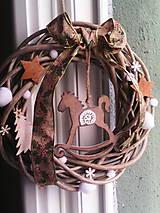 Dekorácie - Vianočný veniec na dvere s hojdacím koníkom - 7557512_