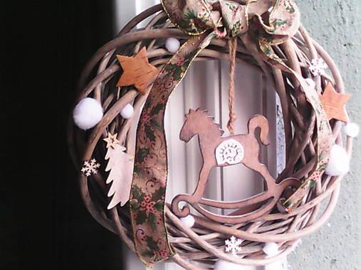 Vianočný veniec na dvere s hojdacím koníkom