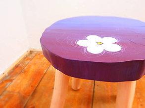 Nábytok - Drevený stolček - fialový s bielym kvetom - 7576370_