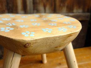 Nábytok - Drevený stolček s nezábudkami - polguľa - 7577397_