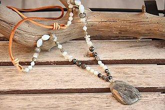 Náhrdelníky - Kožený boho náhrdelník z minerálov labradorit a opalit - 7574867_