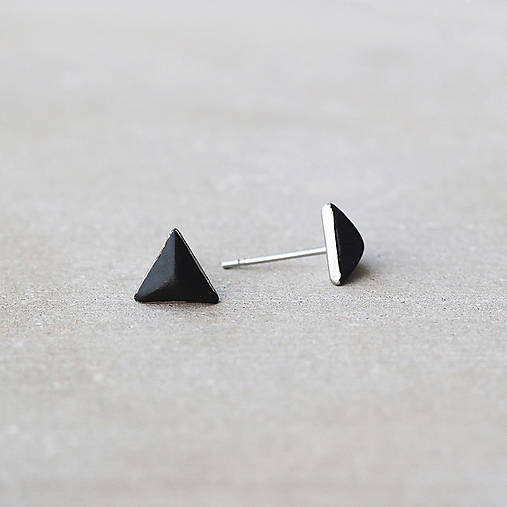 Čierne náušnice v tvare ihlanu – chirurgická oceľ (8 mm)