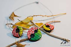 - Pestrofarebný náhrdelník s písmenkami - 7581273_