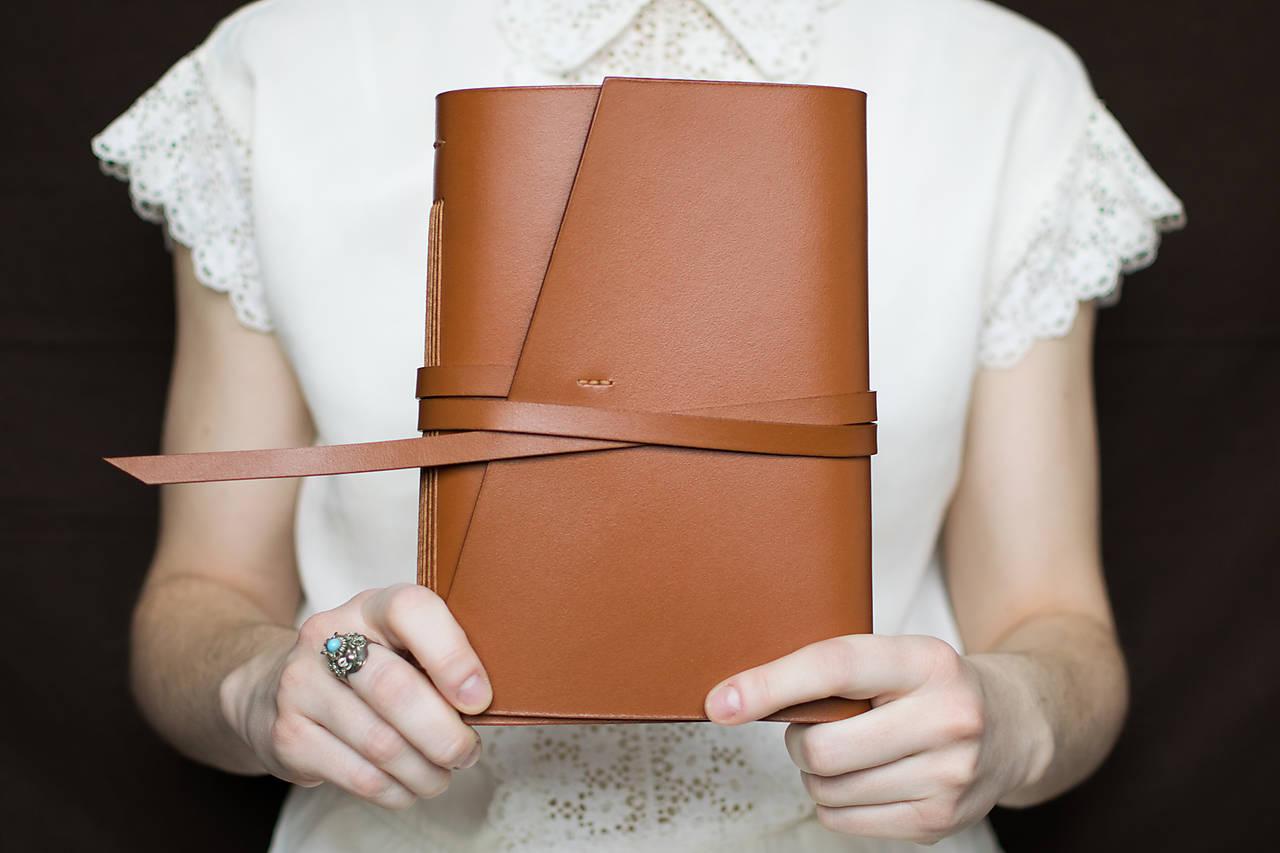 Papiernictvo - Ručne viazaný kožený zápisník Daniel - 7581101_