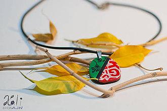 Náhrdelníky - Zeleno-červený prívesok s písmenkami - 7585033_