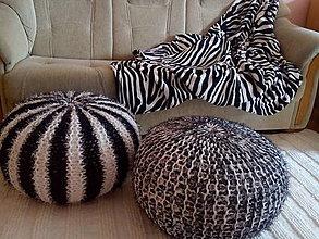 Úžitkový textil - Puf čiernobiely chlpatý - skladom - 7587034_
