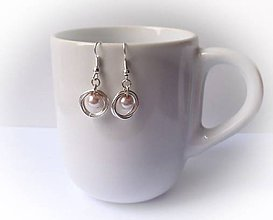 Náušnice - Malé krúžky s ružovou perličkou - 7593658_