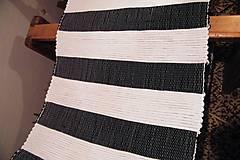 - Tkaný čierno-biely koberec - 7596255_