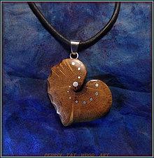 Náhrdelníky - 507. Drevený náhrdelník SRDIENKO  SLIVOŇKA Koreň  - 7601171_