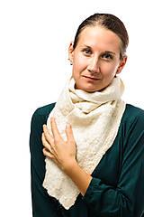 Šály - Dámsky vlnený šál, ručne plstený z jemnej Merino vlny, biely, huňatý, pléd, zimný šál, šál z plsti - 7601909_