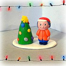 Dekorácie - Farebný vianočný stromček a chlapec - 7609758_
