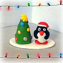 Dekorácie - Farebný vianočný stromček a tučniak - 7611910_