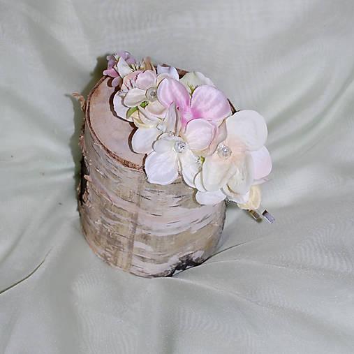 Čelenka z hortenzíí v pastelových farbách