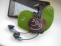 Drobnosti - Držiak na slúchadlá - vtáčik vo farbách lesa - 7617978_