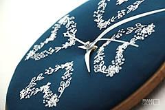 Hodiny - Veronika, ručne vyšívané nástenné hodiny - 7617663_