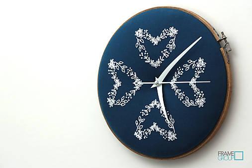 Veronika, ručne vyšívané nástenné hodiny