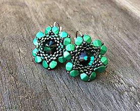 Náušnice - Trávičkovo zelené kvetinkové náušnice so Swarovski rivoli - 7627634_