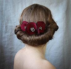 Ozdoby do vlasov - Hrebienok s 3 bordovými kvetmi - 7638853_