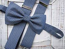 Doplnky - Pánsky motýlik a traky-  set v sivom,s modrými bodkami - 7638428_