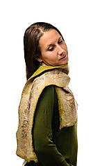 Šály - Dámsky vlnený šál, ručne plstený z jemnej Merino vlny a Alpaky, zeleno-béžový, zimný šál, šál z plsti, nunoplstený šál - 7651384_