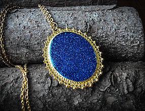 Náhrdelníky - Zlatý medailón v kráľovskej modrej - 7665041_