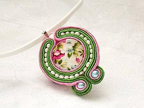Náhrdelníky - Pod lupeňami (zleno-ružový perleťový šujtášový prívesok) - 7670073_