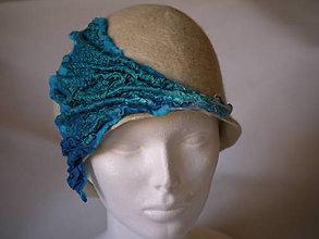 Čiapky - Dámsky vlnený klobúk z extra jemnej merino vlny, typ Cloché, bielo-modrý - 7678281_