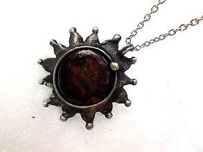 Náhrdelníky - cínovaný náhrdelník - slnko s Granátom - 7678003_