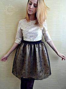 Šaty - Koktejlky s tylovou sukňou a ručne vyšívaným čipkovaným topom - 7690091_