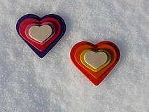 Odznaky/Brošne - Drevené brošne Srdce dúhy (Fialová) - 7701064_