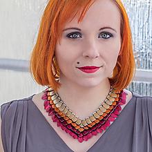 Náhrdelníky - Rostou mi dračí šupiny - jahodový náhrdelník - 7704703_