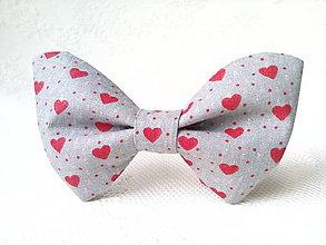 Náhrdelníky - Valentínsky dámsky motýlik (šedý/červené srdiečka) - 7707790_