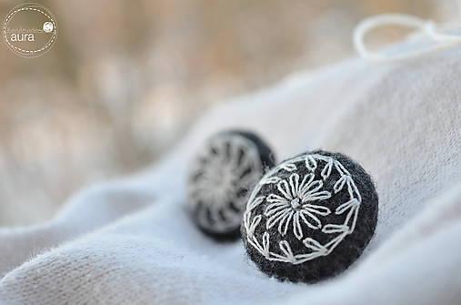 Náušnice - Ľudomilky - smotanové kvieťa v šedom kabáte - 7708491_