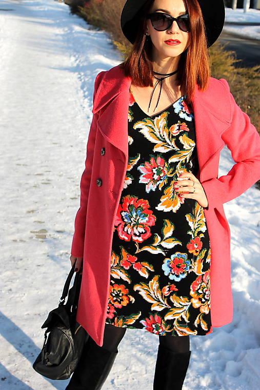 Úpletové šaty kvetované