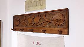 Nábytok - Drevený vešiak vyrezávaný - 7713306_