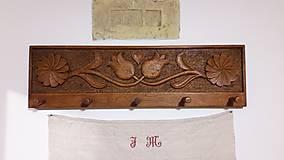 Nábytok - Drevený vešiak vyrezávaný - 7713308_
