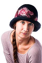Čiapky - Dámsky vlnený klobúk, Cloche, ručne plstený z merino vlny, tmavo modrý, hodvábny detail - 7722765_