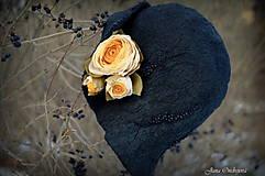 Čiapky - Hodvábno-vlnený klobúk čierny s horčicovými ružami - 7725943_