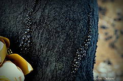 Čiapky - Hodvábno-vlnený klobúk čierny s horčicovými ružami - 7725947_