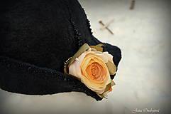 Čiapky - Hodvábno-vlnený klobúk čierny s horčicovými ružami - 7725948_