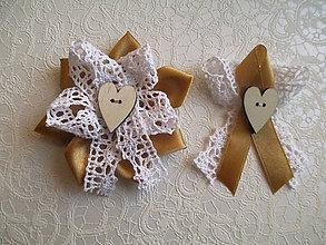 Kytice pre nevestu - náramky pre družičky s čipkou a veľkým dreveným srdcom - 7726927_