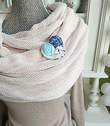 Odznaky/Brošne - Nežná modrá brošňa - ruže, bodky - 7729628_