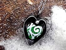 cínovaný prívesok srdce -  zelené sklo -  obojstranný