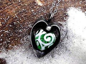Náhrdelníky - cínovaný prívesok srdce -  zelené sklo -  obojstranný - 7736549_