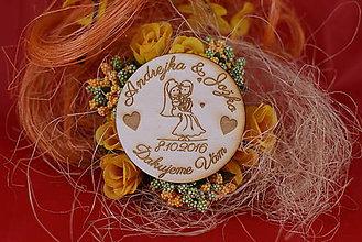 Darčeky pre svadobčanov - Drevená svadobná magnetka ako vyslužka hosťom  83 - 7742568_