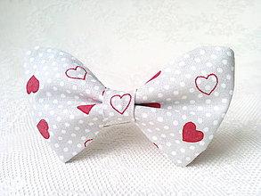 Náhrdelníky - Valentínsky dámsky motýlik (šedý/biele bodky/červené srdiečka) - 7745977_