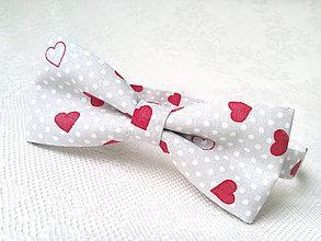 Doplnky - Valentínsky pánsky motýlik (šedý/biele bodky/červené srdiečka) - 7745995_