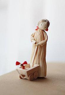 Dekorácie - Dievčatko s vozíkom a bábikou. - 7747427_