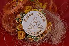Darčeky pre svadobčanov - Drevená svadobná magnetka ako vyslužka hosťom  84 - 7745132_