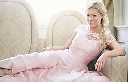 Šaty - Spoločenské šaty s kruhovou sukňou v púdrovej ružovej farbe - 7750431_
